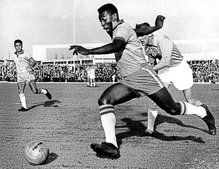 Pelé på Malmö Stadion.Match mot Malmö FF 1960 19600508 - -, BRAZIL : (FILES) - Picture dated 08 May 1960 showing Brazilian soccer star Edson Arantes do Nascimento, better known as Pele, during a match Brazil vs Sweden. The national olympic committees named Pele (soccer), Muhammad Ali (boxing), Carl Lewis (athletics), Michael Jordan (basketball) and Mark Spitz (swimming) the five sportsmen of the century it was reported in a Intertional Olympic Committee statement 17 December 1999. AFP PHOTO FILES/-/br/lc/ao / EPA COPYRIGHT PRESSENS BILD CODE: 455