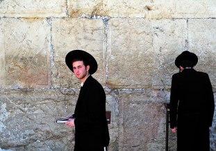 Dos judíos ante el Muro de las Lamentaciones.