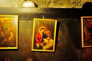 Cuadros colgados en el interior de la gruta donde supuestamente nació Jesús
