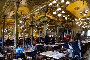 Café Iruña, uno de los establecimientos más emblemáticos en la Plaza del Castillo de Pamplona.